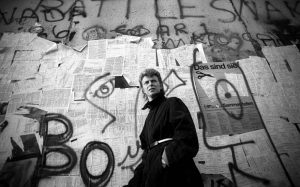 David Bowie sotto il muro di Berlino nel 1987, foto: Denis O'Regan/Getty Images