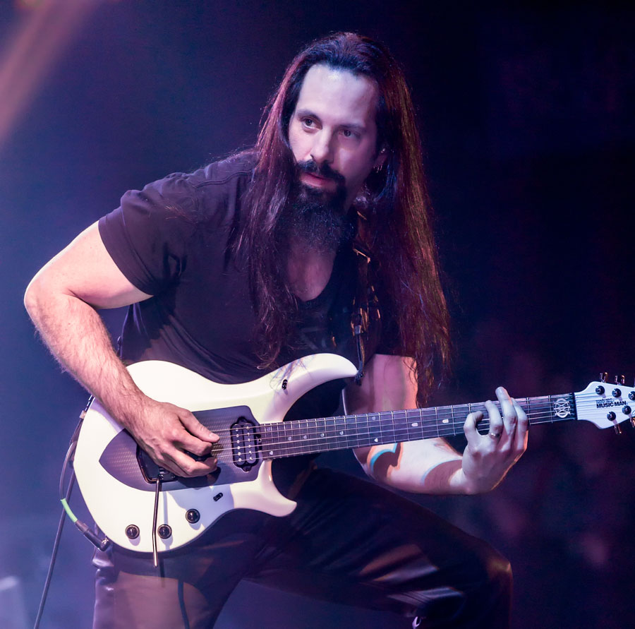 John Petrucci in un live con i Dream Theater, foto