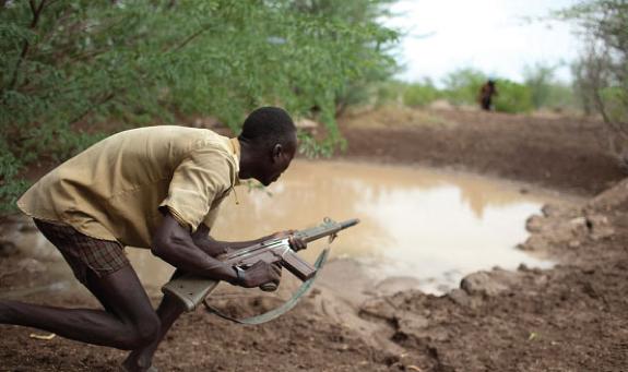 Un uomo della tribù Nyangatom protegge una fonte d'acqua nel confine tra Etiopia e Kenya - Ecologia.
