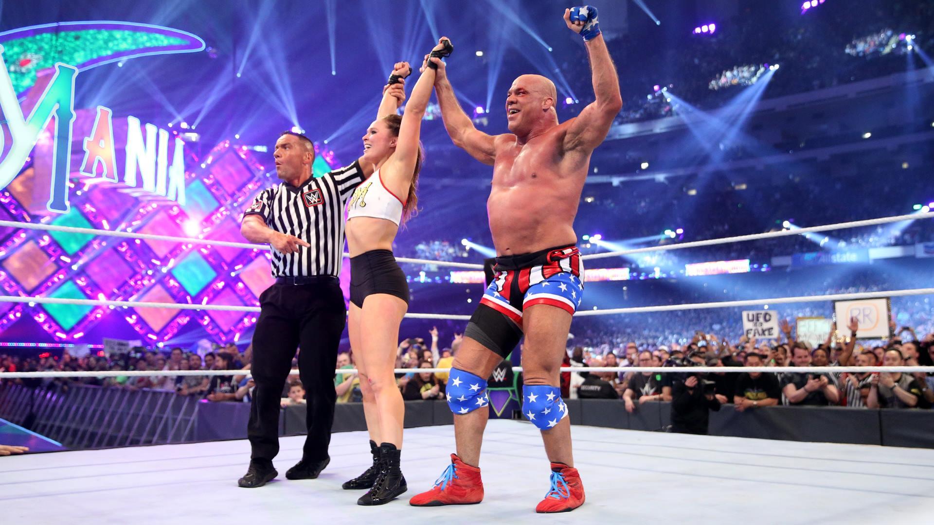 Wrestlemania: Kurt Angle e Ronda Rousey esultano dopo la loro vittoria. Foto: WWE.