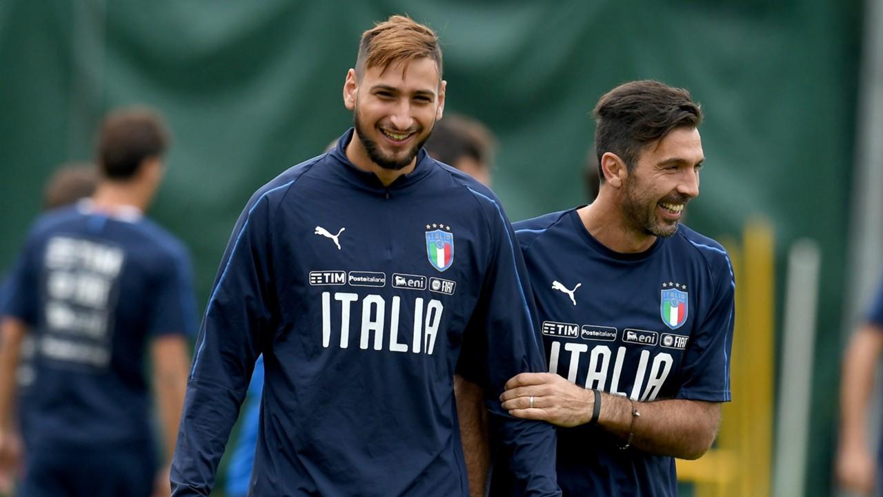 Gianluigi Buffon e Gianluigi Donnarumma con la maglia della nazionale.