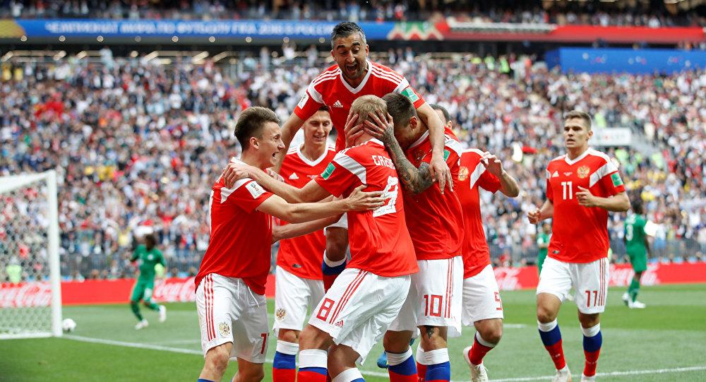 La Russia festeggia il gol di Yuri Gazinskij, prima rete della rassegna mondiale. Foto: REUTERS / Carl Recine.