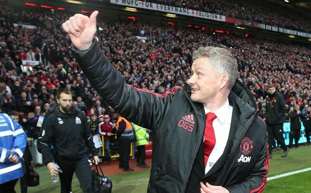 Ole Gunnar Solskjaer saluta i tifosi nel suo ritorno a Old Trafford. Foto: Getty Images.
