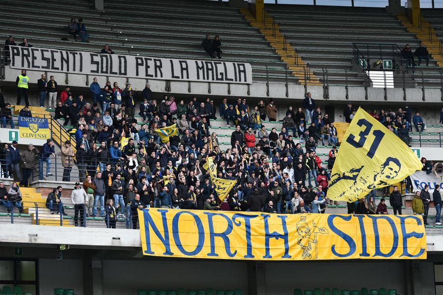I tifosi del Chievo Verona durante la partita interna con il Napoli che ha sancito la retrocessione matematica della squadra in Serie B. Foto: ANSA.