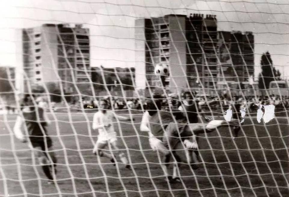 Lo Stroitel' Pripyat' durante una partita di calcio. Una delle poche foto reperibili riguardanti la squadra della città Ucraina. Foto: discover-chernobyl.com chernobyl
