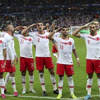 Francia-Turchia 1-1, l'ormai consueto saluto militare dopo il gol di Ahyan. Foto: AP Photo/Thibault Camus.