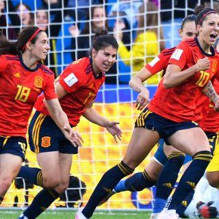 Jennifer Hermoso, stella della nazionale di calcio femminile spagnola, esulta dopo aver segnato contro il Sud Africa nella Coppa del Mondo 2019. Foto: Damien Meyer/AFP.